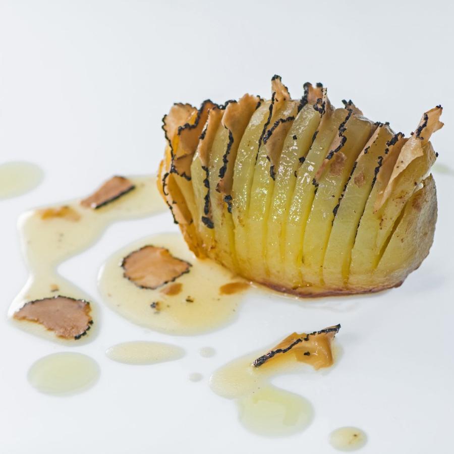 Pečen krompir s črnimi Sesekljanimi tartufi